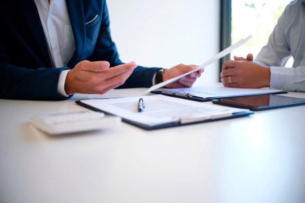 """Boligkøb. Billig boligadvokat. Juridisk dokumentgennemgang ved boligadvokat. Gennemgang af købsaftale, handlens dokumenter, advokat- og bankforbehold, oplysning om fortrydelsesret, tilbud til sælger, acceptfrist og ansvarsfraskrivelser. Boligadvokaten laver rådgivningsskrivelse, refusionsopgørelse, skøde og sørger for tinglysning af skødet og frigivelse af købesummen. """"Ingen handel - ingen regning""""."""